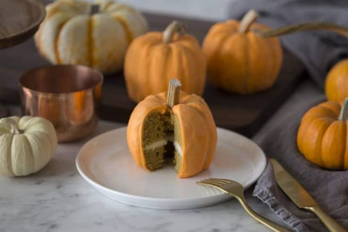 How cute are these mini pumpkin cakes? It might just be one of the best Thanksgiving cake ideas ever.