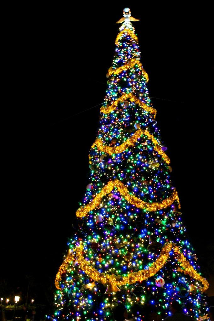 epcots-holidays-around-the-world-tree-1