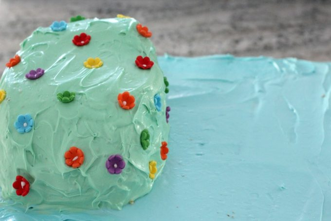 Cover the mountain with green icing and flowers