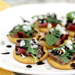 Party Crackers With Steak, Arugula And Blue Cheese