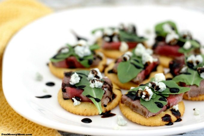 These Party Crackers with Steak, Blue Cheese and Arugula are perfect to bring to a party or just to eat at home.