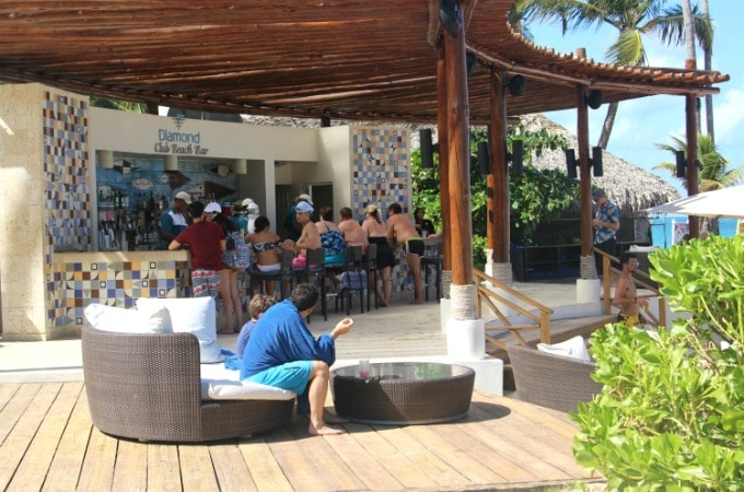 Diamond Club Members can enjoy the beach bar.