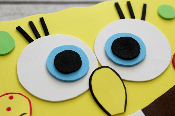 Put the eyes together and glue them to the Sponge Bob Valentine Box