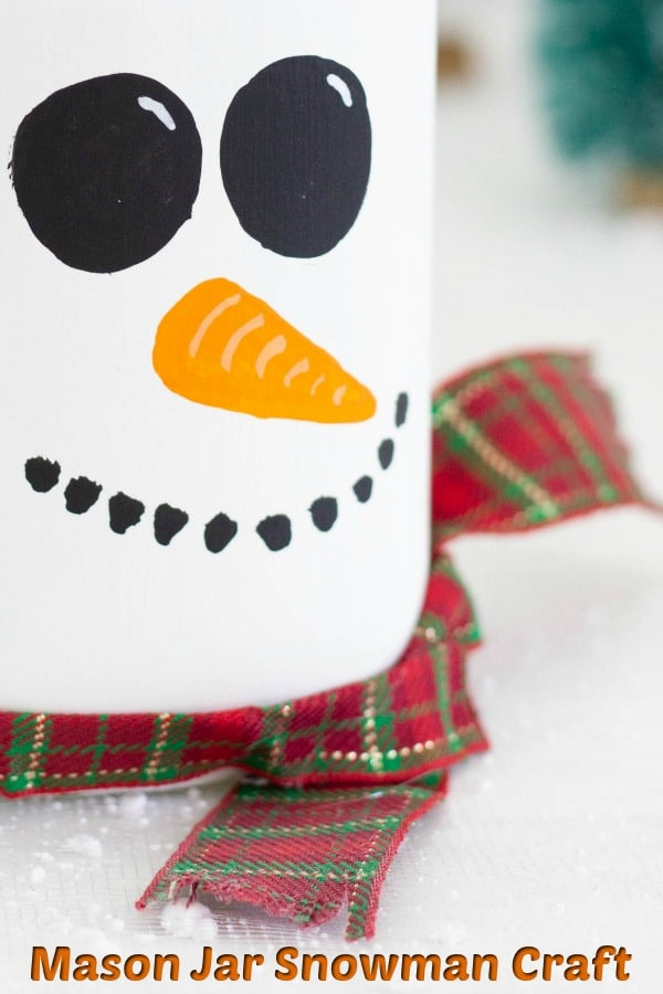 Mason Jar Craft - This snowman mason jar is the perfect DIY gift for the holidays! Fill it with treats and add a gift card for a fun teacher gift, gift for co-workers or just anybody that deserves a little something special #masonjars #masonjarcraft #snowmanmasonjar #masonjarsnowman #diychristmasgift #diygift #masonjargift
