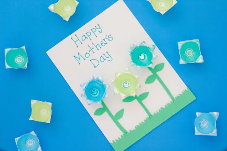 Mother's Day - The kids will love making this special card for Mother's Day. It's an easy Mother's Day craft and card all rolled into one! #mothersday #mothersdaycard #diycard #mothersdaycraft