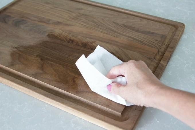 Using a paper towel to oil a cutting board